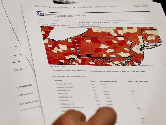圖為去年12月,檢方在匹茲堡展示一張顯示不同郡縣醫師簽發鴉片類處方藥的圖表。(美聯社)
