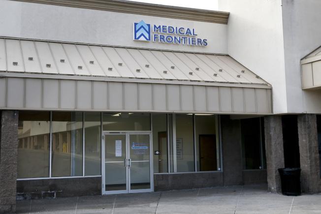 圖為去年12月,賓州醫師茲爾克診所辦公室大門上,張貼一張行醫執照遭取消的告示。(美聯社)