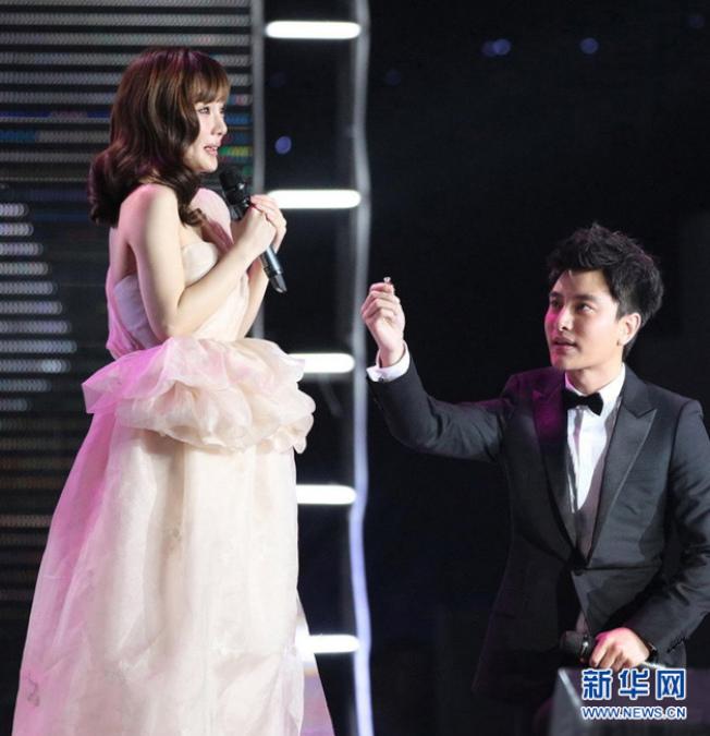 賈乃亮(右)在頒獎典禮上高調向李小璐求婚成功。(取材自新華網)