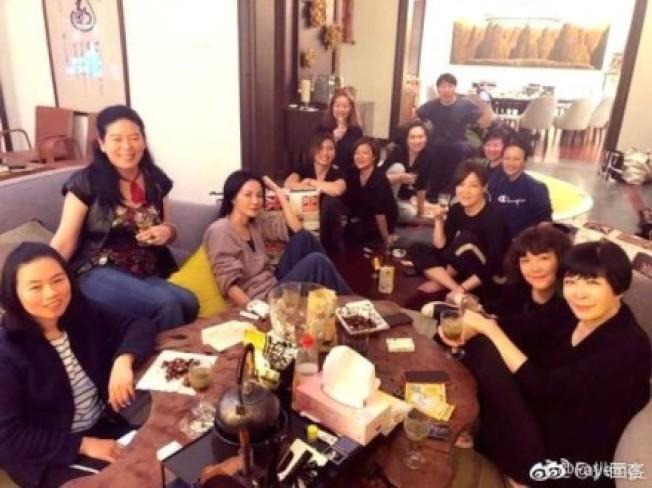王菲(左三)與好友聚會生活照曝光,身材依然纖細。(取材自微博)