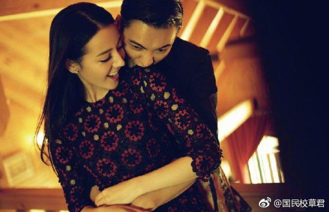 陳偉霆(左)和迪麗熱巴拍畫報互動親暱。(取材自微博)