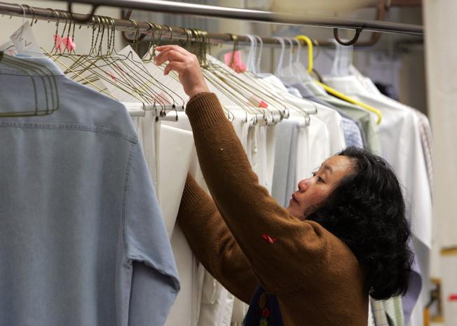 衣物常送乾洗也是另一個居家空汙危機。(Getty Images)