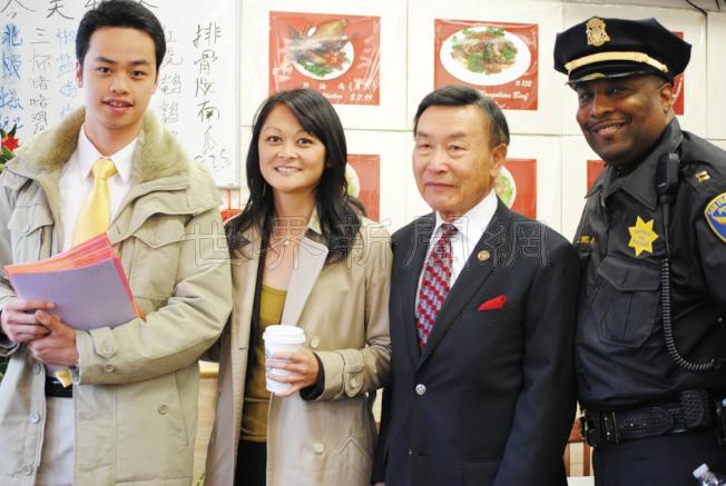 日落社區領袖余浩揚(右二)與朱嘉文(左二)合作滿十年,並支持她參選市長。(本報檔案照片,記者李秀蘭攝影)