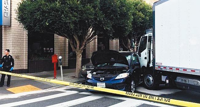 由華裔駕駛的箱型貨車,撞倒兩名路人後,再撞上一輛汽車。(舊金山消防局提供)