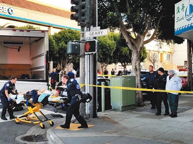 被貨車撞至重傷的兩名西裔年老路人,被送往醫院急救。(舊金山消防局提供)