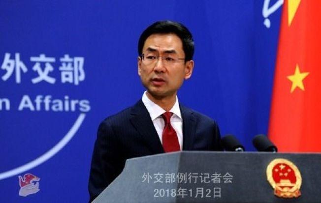 中國外交部發言人耿爽回應被追問該「內部文件」是否屬實時,回答「一句話,fake document(假文件)。(取自中國外交部官網)