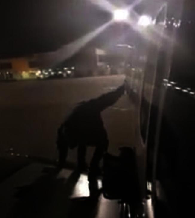 一名波蘭籍男子從逃生門爬到機翼上跳機走人。 圖/擷自YouTube