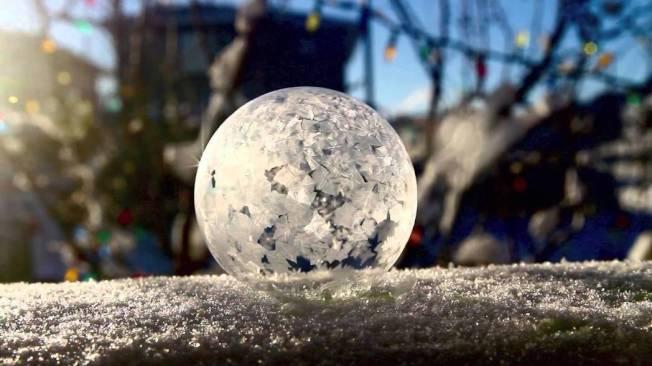 泡泡凝結成冰晶雪球,過程絕美夢幻。翻攝YouTube
