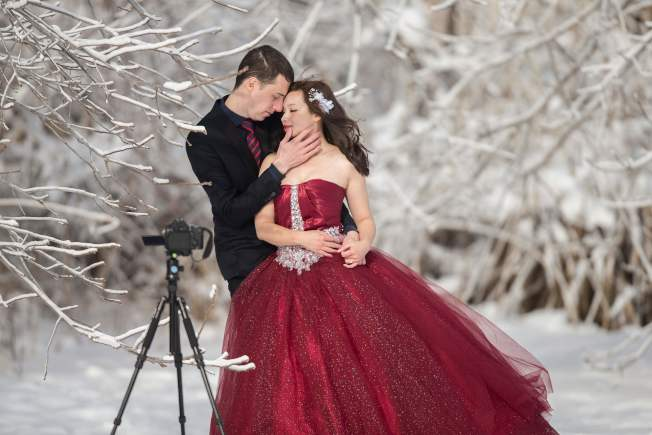 一對情侶不畏風寒,到尼加拉瀑布拍攝婚紗照,清涼的婚紗與一旁結凍景色十分對比。(Getty Images)