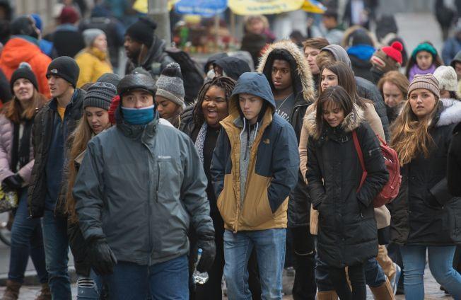 紐約天氣奇寒,路上行人重裘裹身。(Getty Images)