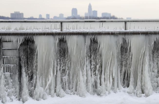 位於俄亥俄州克里夫蘭(Cleveland)的伊利湖(Lake Erie)也結成一面冰牆。(美聯社)