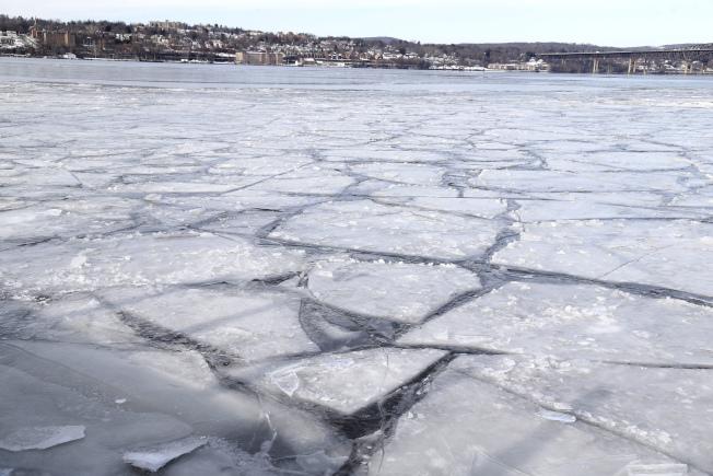 流經紐約市的哈德遜河已出現片片浮冰。(美聯社)
