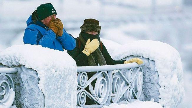 連日超低溫,美加邊界的著名景點尼加拉大瀑布31日也被凍成結冰。(美聯社)