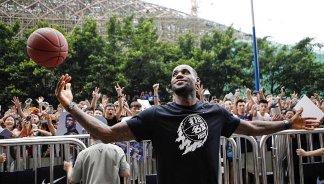 職籃NBA球星「小皇帝」詹姆斯是艾克朗大學校友,他幫母校代言想提高中國留學生人數,可惜希望落空。 路透