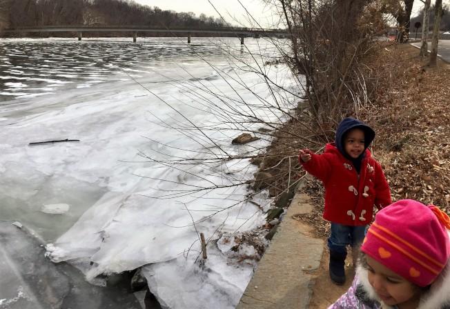 連續一周的酷寒,波多馬克河河面結了冰,北維的Rogers太太帶著四名子女到羅斯福島一看難逢奇景。(特派員許惠敏/攝影)