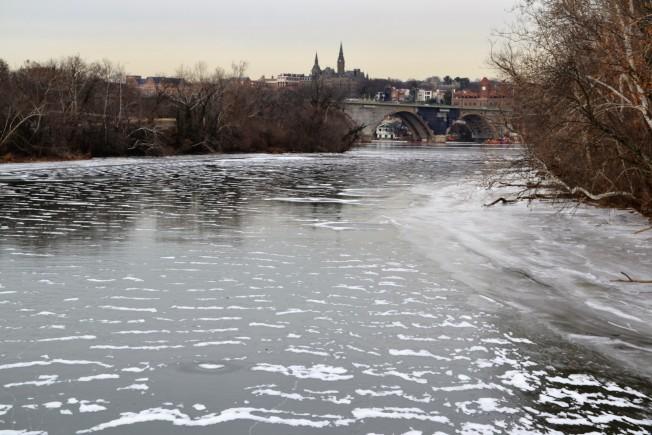 連續一周的酷寒,波多馬克河河面結了冰。((特派員許惠敏/攝影)