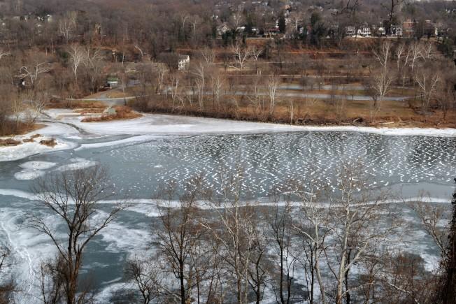 連續一周的酷寒,波多馬克河河面也難得結冰。(特派員許惠敏/攝影)