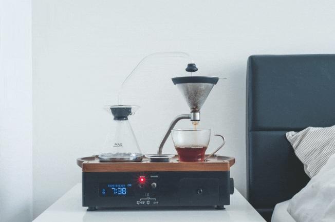 結合咖啡機的鬧鐘,讓人一起床就能喝到剛煮好的咖啡。(取自Barisieur官網)