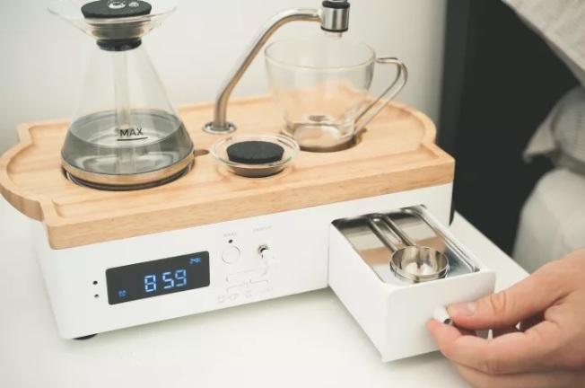 鬧鐘機體內部,有儲藏咖啡粉與糖的抽屜。(取自Barisieur官網)