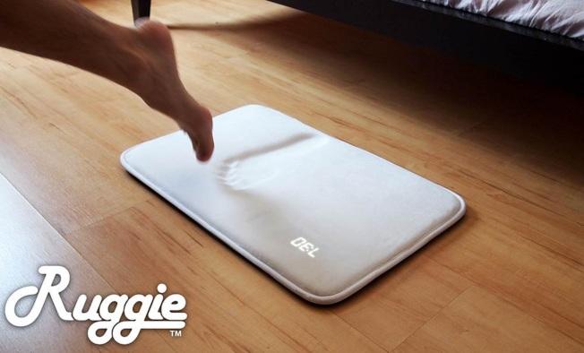 踏墊鬧鐘以記憶泡棉為材質,感測人體重量。(Ruggie提供)