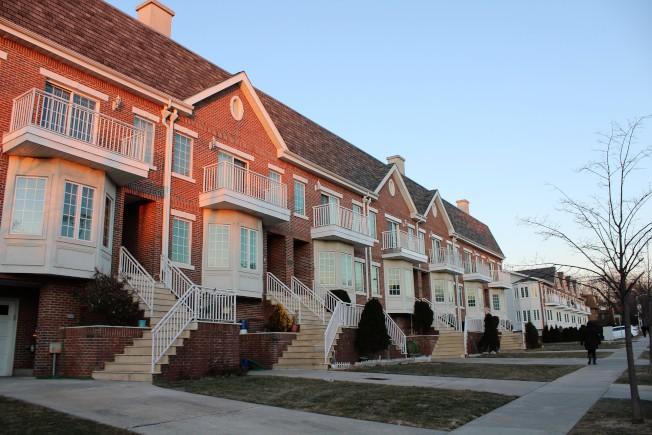 河邊較新的連棟屋社區。(記者朱蕾/攝影)
