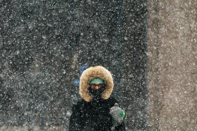 行人走在大雪紛飛的紐約街頭。(歐新社)