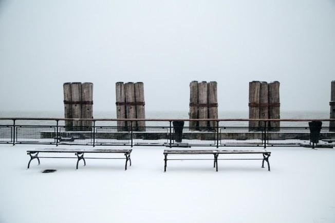 紐約砲台公園(Battery Park)也積了厚厚的雪。(歐新社)