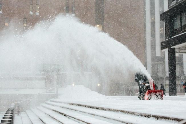 炸彈氣旋(bomb cyclone)發威,大雪挾帶大風,鏟雪車在雪中來回穿梭。(歐新社)