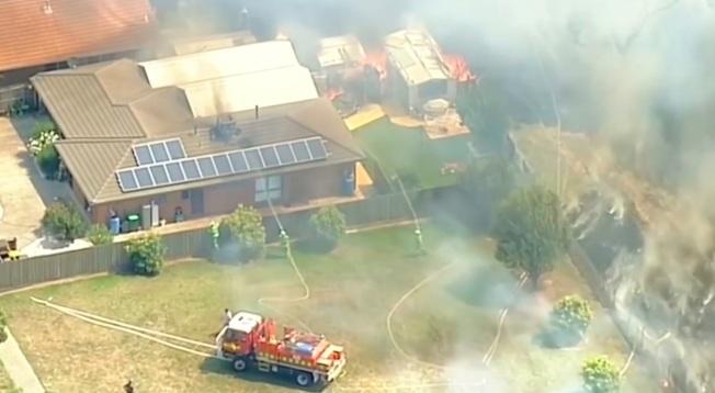 墨爾本郊區野火6日摧毀房舍並威脅生命,此時正是澳洲東南三省逢熱浪來襲之際,氣溫高到柏油路面都開始融化。(路透)