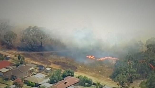 澳洲墨爾本郊區野火6日摧毀房舍並威脅生命,此時正是澳洲東南三省逢熱浪來襲之際,氣溫高到柏油路面都開始融化。(路透)
