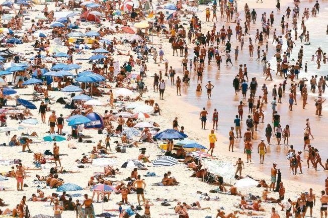 雪梨邦迪海灘七日擠滿戲水消暑遊客。 歐新社