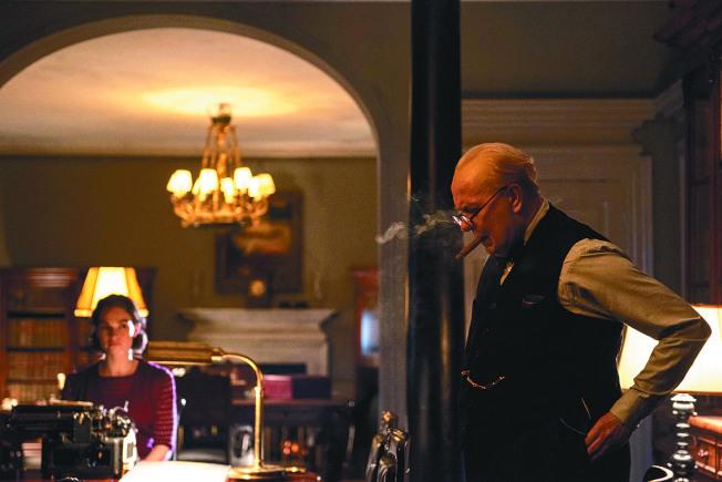 蓋瑞歐德曼在《最黑暗的時刻》飾演邱吉爾。(圖:UIP提供)