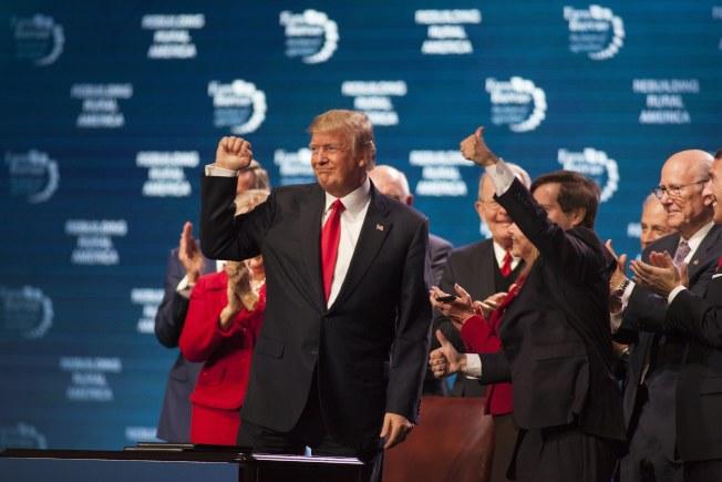 川普總統8日下午在田納西州對農夫團體講演,表示經濟正在起飛,就業機會增加。(歐新社)