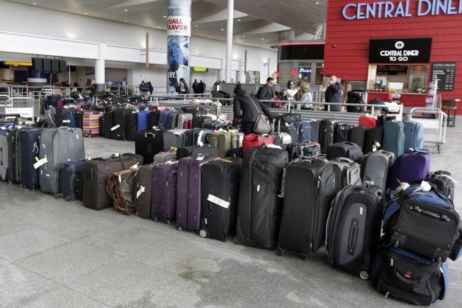 這場冬季風暴在紐約部分地區比預期更猛烈,幾乎把所有航空公司弄得措手不及。(美聯社)