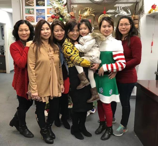 老闆娘Diana(右三)歡喜地抱著孫女,與員工合影,慶祝新年的到來。