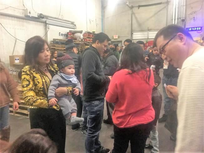 老闆娘Diana(左一)喜抱金孫謝杓霖,開心的與員工一同慶祝全豐海產大豐收。