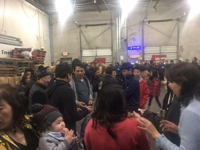 全豐海產有近百位員工,聚集在倉庫,等著老闆宣布好消息。