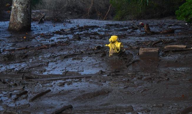 南加州Montecito發生大規模泥石流傾洩,高度幾乎埋過消防栓。(Getty Images)