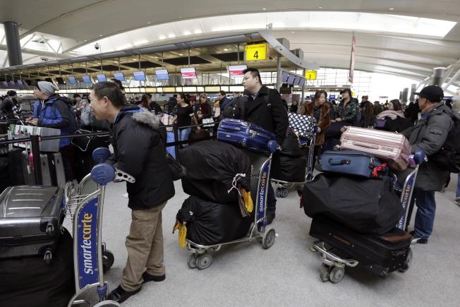 甘迺迪國際機場第四航站截至10日,仍約有5000件待領行李。(美聯社)
