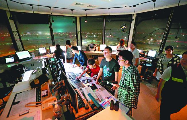 大陸片面開通M503航線,台灣民航局下令航管人員打電話向對岸航管抗議,「每飛一班,就抗議一次」。圖為桃園機場塔台航管人員。(本報資料照片)