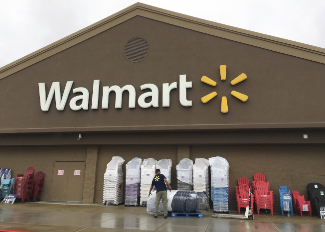 沃爾瑪宣布調升最低工資,但同一天也傳出沃爾瑪將關店裁員。(美聯社)