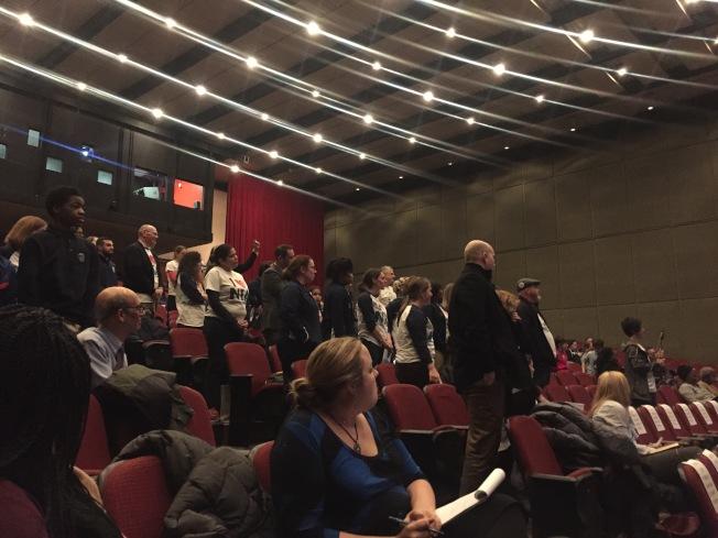 芝加哥公校(CPS)9日針對新公布的華埠高中學區規畫,在伊州理工學院(IIT)召開第一次社區會議,反對改建的全國教師學院(NTA)師生與民眾十分激動,全體起身造勢。(記者董宇╱攝影)