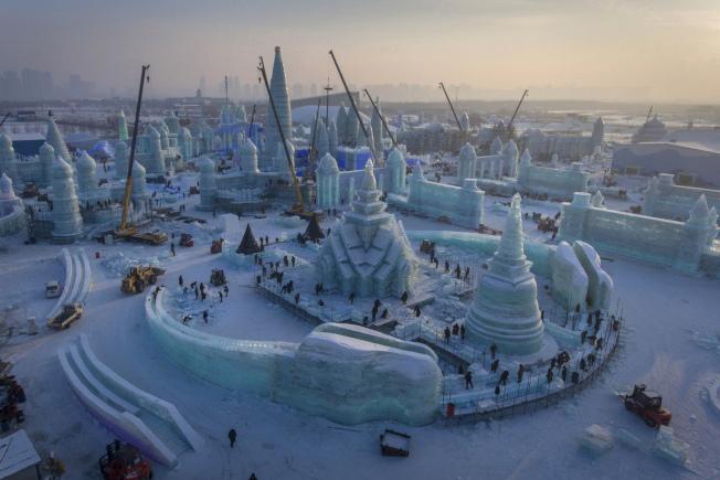 美國發布新的旅遊警告,提醒到中國要提高警覺。圖為空中拍攝的哈爾濱冰雪大世界。(美聯社)