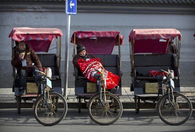 美國發布新的旅遊警告,提醒到中國要提高警覺。圖為北京胡同遊的三輪車正在待客。(美聯社)