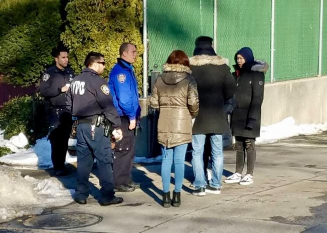 109分局警員在韓裔老嫗被撞身亡後,在事發路段提醒民眾注意交通安全。(記者朱蕾╱攝影)