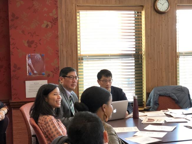 昆士中學校長張可仁(左二)在華埠社區聯盟會議上,介紹該校新校址進展。(記者劉晨懿之/攝影)