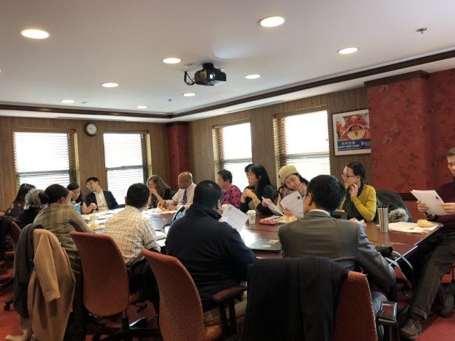 塔芙茨亞裔健康計畫代表在華埠社區聯盟會議會上,公布了近期在華埠公園推廣戒菸行動的成果。(記者劉晨懿之/攝影)