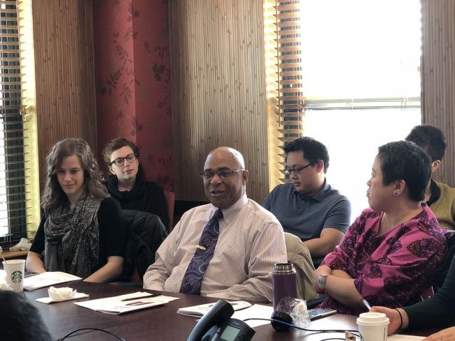 波士頓華埠公共圖書館職員到華埠社區聯盟會議,宣布該館將於下月初開放。(記者劉晨懿之/攝影)