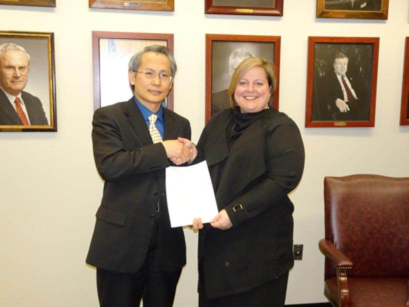 駐波士頓台北經文處長賴銘琪(左)早前與美國麻州監理處長Erin Deveney簽署駕照互換協議。(經文處提供)