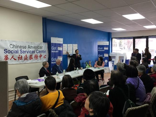 寇頓(前排左一)、羅添福(前排左三)等人在針對特殊高中改革進行講解。(記者黃伊奕/攝影)